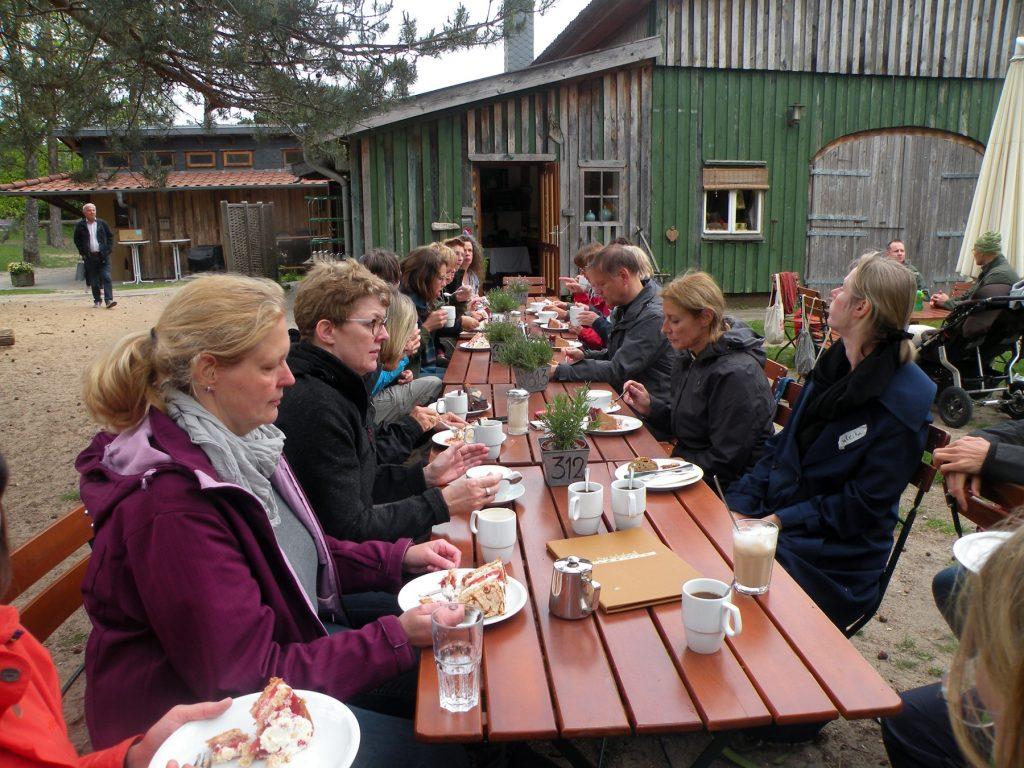 Kuchen und Kaffee fassen im Cafe Schafstall im Büsenbachtal