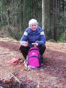 Wanderung von Singlewanderland durch die Schwarzen Berge und die Fischbeker Heide. Hier sehen wir die hingehockte Ilona beim Frühstück