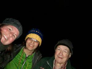 Selfie von Leuten, die beider Nachtwanderung in Wulmtorfer und Fischbeker Heide dabeiwaren. Es sind 3 Leiúte zusehen, Ani, Maryam und Uwe. Aufgenommen ist das Foto beim Teich an Nordseite des Fischbektals beim Übergang in die schwarzen Berge
