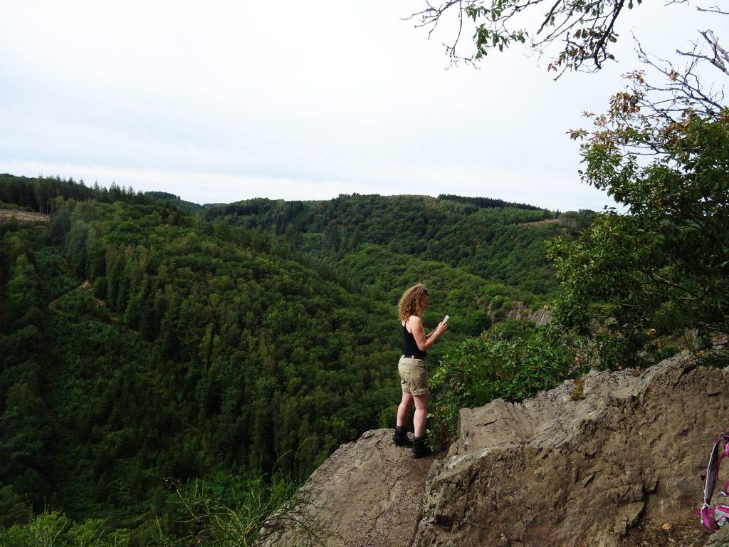 Auf dem Herou Felsen, einer der schönsten Aussichtspunkte in den Ardennen. Weiter Blick ins Tal der Ourthe