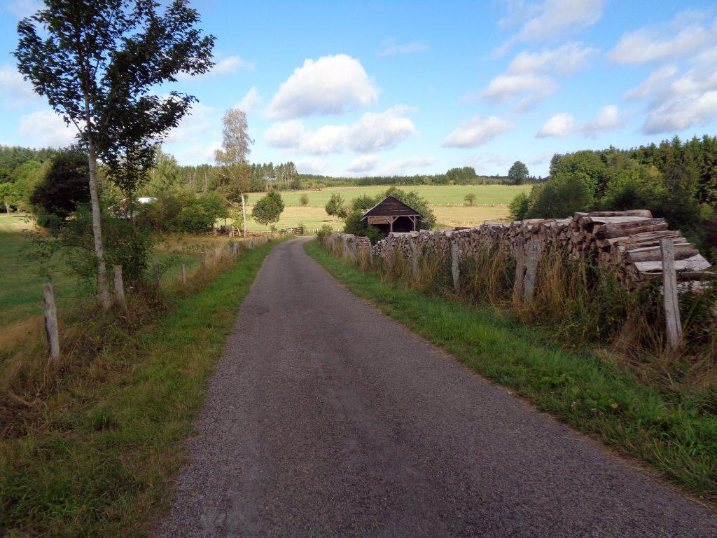Start der Singlewanderland Tour von Maissin nach Redu. Hier gehts aus dem Ort raus