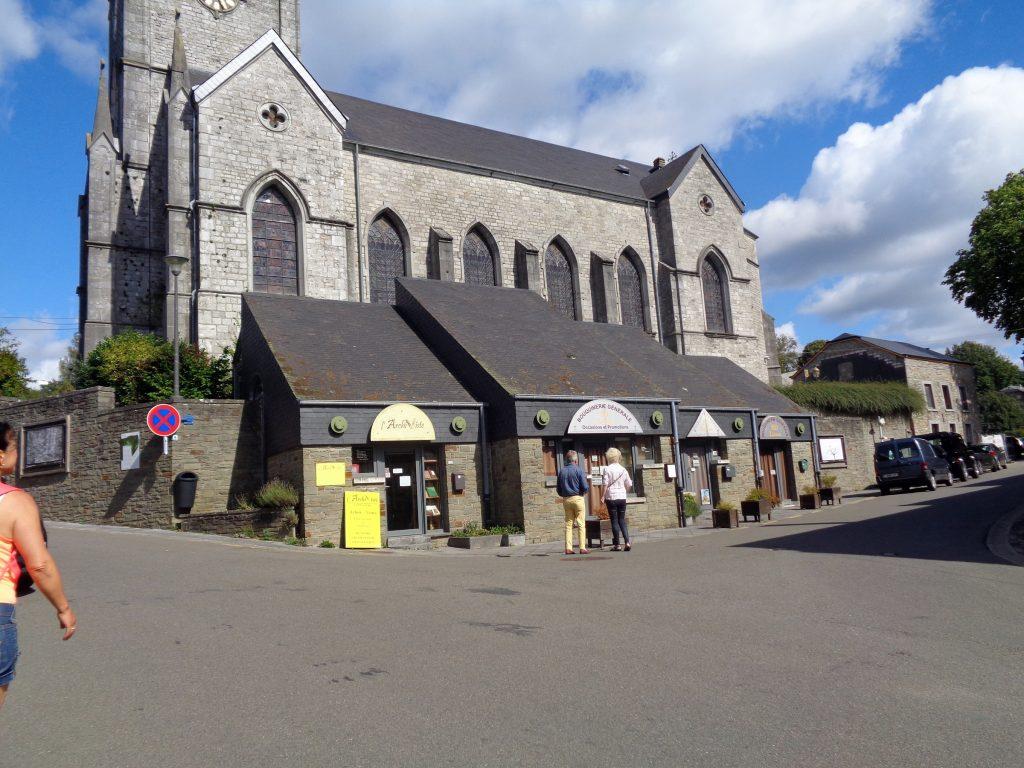 Das Zentrum von Redu in der Wallonie. Im Vordergrund einige der vielen Buchgeschäfte